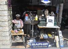 Parijs, 19 augustus 2013-venster Schoenmaker in Montmartre in Parijs royalty-vrije stock afbeelding