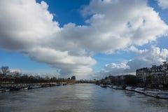 Parijs, de banken van de Zegen is overstroomd, is de Zegen 6 meters boven het niveau De boten en de aken kunnen niet meer doorgev Stock Foto's