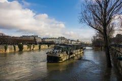 Parijs, de banken van de Zegen is overstroomd, is de Zegen 6 meters boven het niveau De boten en de aken kunnen niet meer doorgev Royalty-vrije Stock Foto