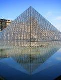 Parijs - de Piramide van het Louvre Stock Foto