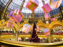 PARIJS - DECEMBER 26: De Kerstboom in Galeries Lafayette, t Stock Foto's