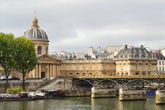 Parijs in een bewolkte de zomerdag Stock Fotografie