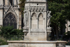 Parijs - Fontein van Virgin in Vierkant Jean XXIII de kant van het Nabije Oosten van Kathedraal Notre Dame Royalty-vrije Stock Foto's