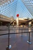 PARIJS, FRANKRIJK - APRIL 8, 2011: Bezoekers die binnen Louvr lopen Royalty-vrije Stock Fotografie