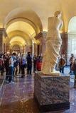 PARIJS, FRANKRIJK - APRIL 8, 2011: Bezoekers die binnen Louvr lopen Stock Afbeeldingen