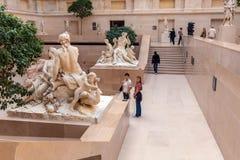 PARIJS, FRANKRIJK - APRIL 8, 2011: Bezoekers die binnen Louvr lopen Royalty-vrije Stock Foto's