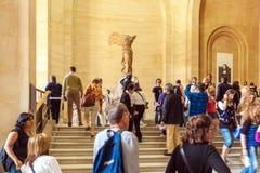 PARIJS, FRANKRIJK - APRIL 8, 2011: Bezoekers die binnen Louvr lopen Stock Afbeelding