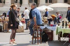 Parijs, Frankrijk - April 16, 2011: De marktlaars met objecten het beeing selled in het weekend vlooienmarkt in het stadscentrum stock afbeeldingen