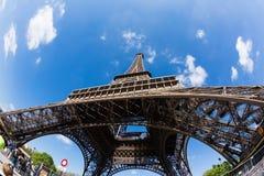 Parijs, Frankrijk - 19 April, 2016: De toren van Eiffel, mening van de bodem Royalty-vrije Stock Foto's