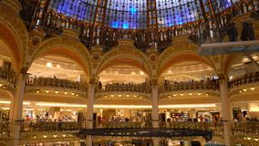 Parijs, Frankrijk - April 3, 2019: Galeries Lafayette-binnenland De mensen doen het winkelen bij warenhuis stock footage