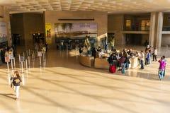 PARIJS, FRANKRIJK - APRIL 8, 2011: Kaartjesbureau binnen het Louvre Royalty-vrije Stock Fotografie