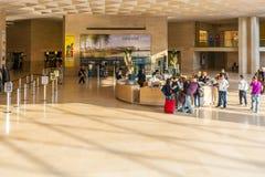 PARIJS, FRANKRIJK - APRIL 8, 2011: Kaartjesbureau binnen het Louvre Royalty-vrije Stock Afbeeldingen
