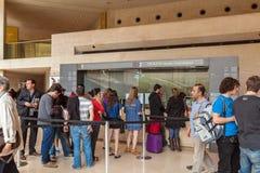 PARIJS, FRANKRIJK - APRIL 8, 2011: Kaartjesbureau binnen het Louvre Royalty-vrije Stock Foto's