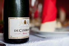 PARIJS, FRANKRIJK - APRIL 13, 2012: Koude en Natte Fles van Charles de Courance Brut Champagne From Frankrijk op de Lijst Royalty-vrije Stock Afbeeldingen