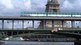 Parijs, Frankrijk - April 3, 2019: Weergeven van de toren van Eiffel en Bir Hakeim brug over de Zegen stock videobeelden