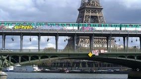 Parijs, Frankrijk - April 3, 2019: Weergeven van de toren van Eiffel en Bir Hakeim brug over de Zegen stock video