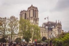 Parijs, Frankrijk - April zestiende, 2019: Menigte die zich voor de Kathedraal Notre Dame de Paris na de tragische brand bevinden royalty-vrije stock afbeeldingen