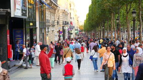 PARIJS - FRANKRIJK, AUGUSTUS 2015: champs elysees pedastrian het lopen mening stock videobeelden
