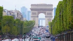 PARIJS - FRANKRIJK, AUGUSTUS 2015: champs elyseesmening met verkeer stock videobeelden