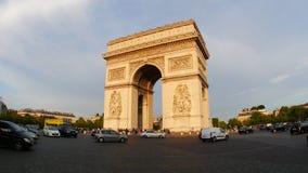 PARIJS - FRANKRIJK, AUGUSTUS 2015: champs elyseesmening met verkeer stock footage