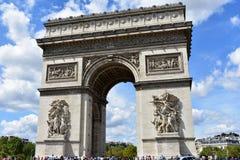 Parijs, Frankrijk Augustus 2018 De Boog van Triumph wordt omringd door een menigte van toeristen stock fotografie