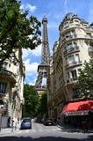 Parijs, Frankrijk Augustus 2018 De Toren van Eiffel van een nabijgelegen straat bijna leeg wegens vakantie royalty-vrije stock foto's