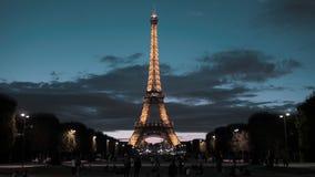 PARIJS, FRANKRIJK - AUGUSTUS 08, 2018: De Toren van Eiffel in het centrum van het kapitaal Mening van het Gebied van Mars avond stock videobeelden