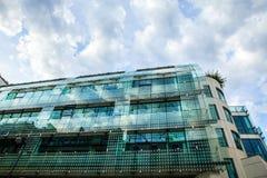 PARIJS, FRANKRIJK - AUGUSTUS 30, 2015: Modern glas commercieel centrum Parijs - Frankrijk Royalty-vrije Stock Foto