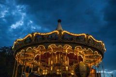 PARIJS, FRANKRIJK - AUGUSTUS 30, 2015: Oude Franse carrousel in een vakantiepark in de tijd van de nachtzomer Royalty-vrije Stock Foto's