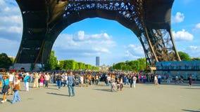 PARIJS, FRANKRIJK - AUGUSTUS 8, 2010: Vele toeristen onder de toren van Eiffel op zonnige de zomerdag Parijs, Frankrijk royalty-vrije stock foto