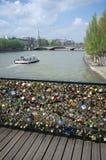 Parijs, Frankrijk: Brug van kunsten met liefdesloten, een boot op sei royalty-vrije stock foto