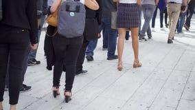 PARIJS, FRANKRIJK CIRCA Augustus 2017: Benen van mensen die en in lijn zich buiten lopen bevinden Bedrijfsmensen in rij binnen stock videobeelden