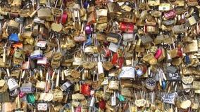 Parijs, Frankrijk Circa Augustus 2017: Het hoogtepunt van de brugomheining van sloten Minnaars Romantische Brug in Parijs stock video