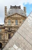 PARIJS/FRANKRIJK - CIRCA SEPTEMBER 2012 - worden de Louvrepiramide voorgesteld tegenover elkaar stellend met het Louvremuseum op  Royalty-vrije Stock Afbeelding