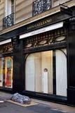 Parijs, Frankrijk Dakloze slaap op kartons voor een luxueuze boutique bij het Marais-kwart stock afbeeldingen