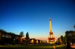 Parijs (Frankrijk) - de Toren van Eiffel na Zonsondergang Stock Foto's