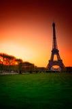Parijs (Frankrijk) - de Toren van Eiffel na Zonsondergang Stock Afbeelding