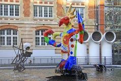 PARIJS, FRANKRIJK -17 DECEMBER 2011: De Stravinsky-Fontein dichtbij het Centrum Georges Pompidou door beeldhouwers Jean Tinguely  Stock Foto