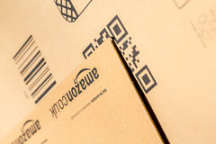 Parijs, Frankrijk - Februari 08, 2017: Close-up van het Pakketpakketten van Amazonië de Eerste Amazonië, is een Amerikaanse elekt Stock Foto's