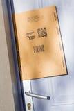 Parijs, Frankrijk - Februari 08, 2017: Eerste het Pakketpakket van Amazonië dat op de deur van een huis wordt geplakt Amazonië, i Stock Fotografie