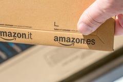 Parijs, Frankrijk - Februari 08, 2017: Levering van een Eerste het Pakketpakket van Amazonië vooraan de deur van een huis Amazoni Stock Afbeeldingen