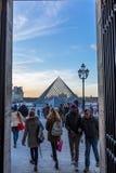 Parijs, Frankrijk Februari 2018: Museum van Louvre bij zonsondergang, met glas Stock Afbeeldingen
