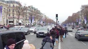 PARIJS, FRANKRIJK - JANUARI, 1, 2017 Toeristen die foto's maken dichtbij beroemde triomfantelijke boog, Arc de Triomphe royalty-vrije stock fotografie