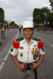 Parijs, Frankrijk - Juli 14, 2012 De militair stelt vóór maart in de jaarlijkse militaire parade in Parijs Stock Afbeeldingen