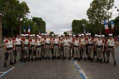 Parijs, Frankrijk - Juli 14, 2012 De militairen stelt vóór maart in de jaarlijkse militaire parade in Parijs Stock Afbeeldingen