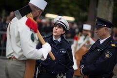 parijs frankrijk 14 juli, 2012 Een legionairpionier met vertegenwoordigers van de politie vóór de parade in Parijs Royalty-vrije Stock Foto
