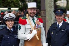 parijs frankrijk 14 juli, 2012 Een pionier met vertegenwoordigers van de politie vóór de parade op Champs Elysees Stock Fotografie