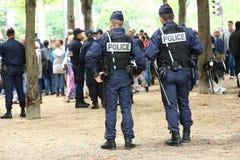 Parijs, Frankrijk - juli 14, 2014: Franse die politiepatrouille (CRS) aan het toezicht wordt toegewezen Deze troepen verzekeren d Royalty-vrije Stock Foto's