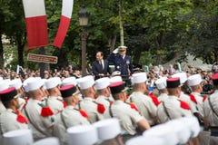 parijs frankrijk 14 juli, 2012 Franse President Francois Hollande heet burgers tijdens de parade welkom Royalty-vrije Stock Foto