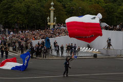 Parijs, Frankrijk - Juli 14, 2012 Het landen van valschermjagers op het vierkant tijdens de militaire parade in Parijs Stock Afbeeldingen